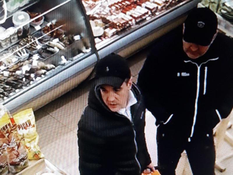 Відеокамера зафіксувала обличчя чоловіків, які крали у магазині товар