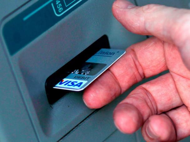 Шахрай з Іванич зняв гроші з чужої банківської карти