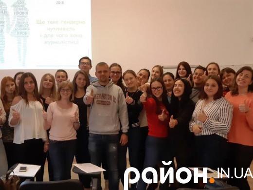 Журналіст з видання Новое Время Іван Верстюк разом з учасниками і учасницями Школи