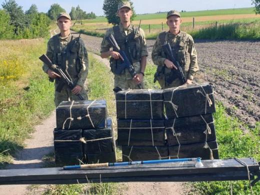 На Іваничівщині контрабандисти намагалися перенести 11 ящиків з цигарками