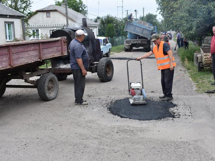 Показали, як триває ремонт вулиць у селищі на Волині