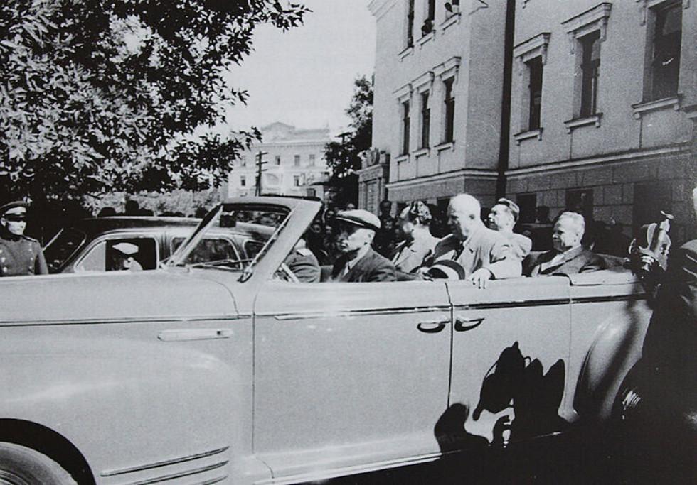 Микита Хрущов під час візиту в Луганськ у 1956. Фото з Вікіпедії. Очевидно, це саме та поїздка, в рамках якої перший секретар прибув і на Волинь.  Тому, ймовірно, саме цим автомобілем він проїжджав через Нововолисньк та Володимир