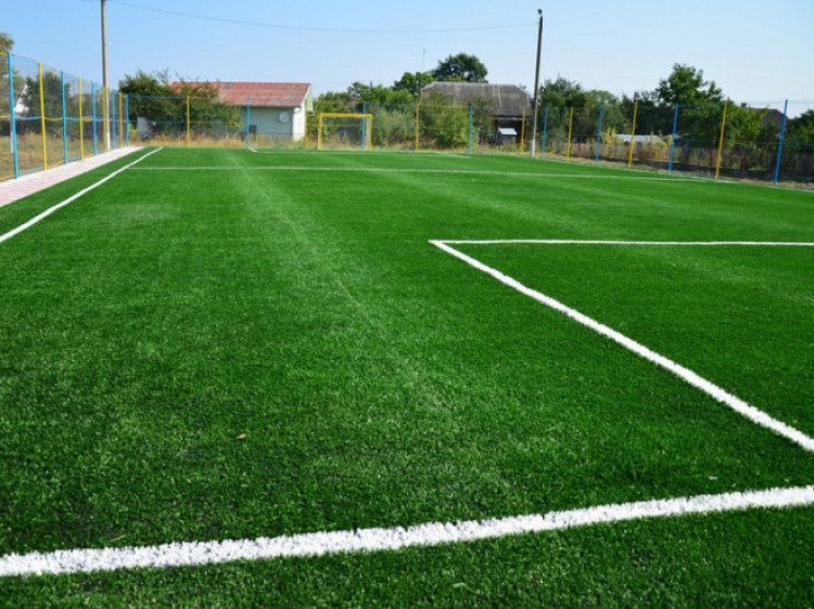 Футбольне поле зі штучним покриттям