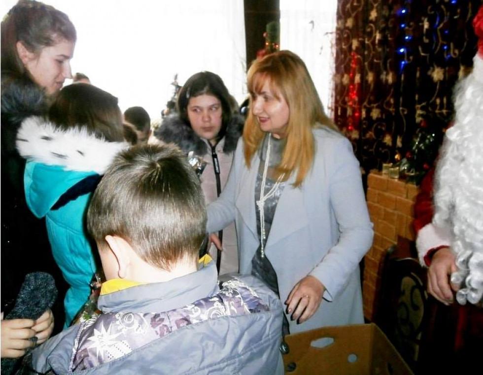 Пізніше дітям вручили солодкі подарунки.
