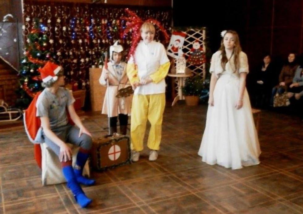 Гарним доповненням свята стали чудова казка, яку підготували працівники РД «Просвіта», танці та ігри, конкурси та розваги у супроводі казкових героїв Діда Мороза, Снігуроньки, Короля, Принцеси, Кікімори та її дочок.