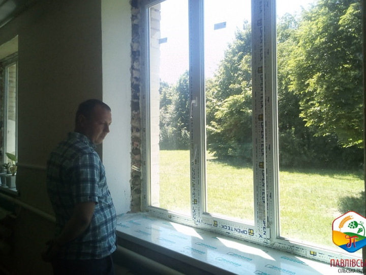 Голова громади оглянув наскільки якісно виконаніроботипо замінівікон в класних кімнатах на енергозберігаючі