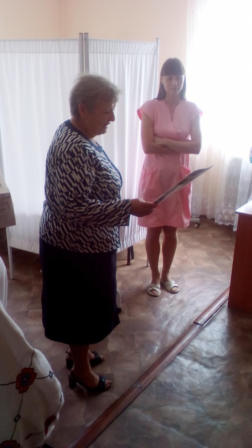 Того ж днязаступник голови Павлівської ОТГ – начальник гуманітарного відділу Ніна Петренко завітала з вітальним візитом у кожну медичну установу