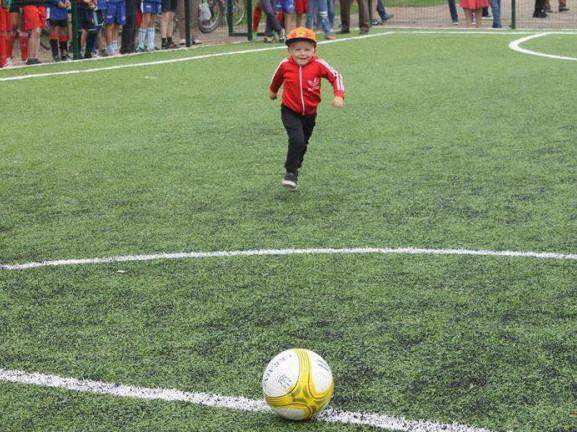 Право першого удару по м'ячу отримав юний футболіст Артем Сидчук.