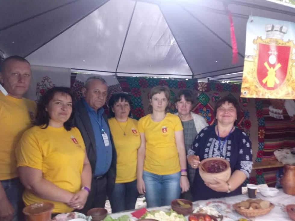 Іваничівська ОТГ привезла на ярмарок різноманітні смаколики, якими щедро пригощали відвідувачів ярмарку.