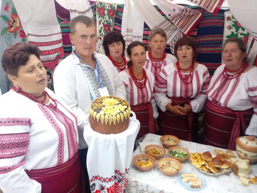 Оваднівська громада привезла із собою ось такий красень-коровай
