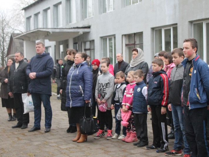 ФОТО: учні на подвір'ї школи села Заставне під час відкриття нового дитмайданчика