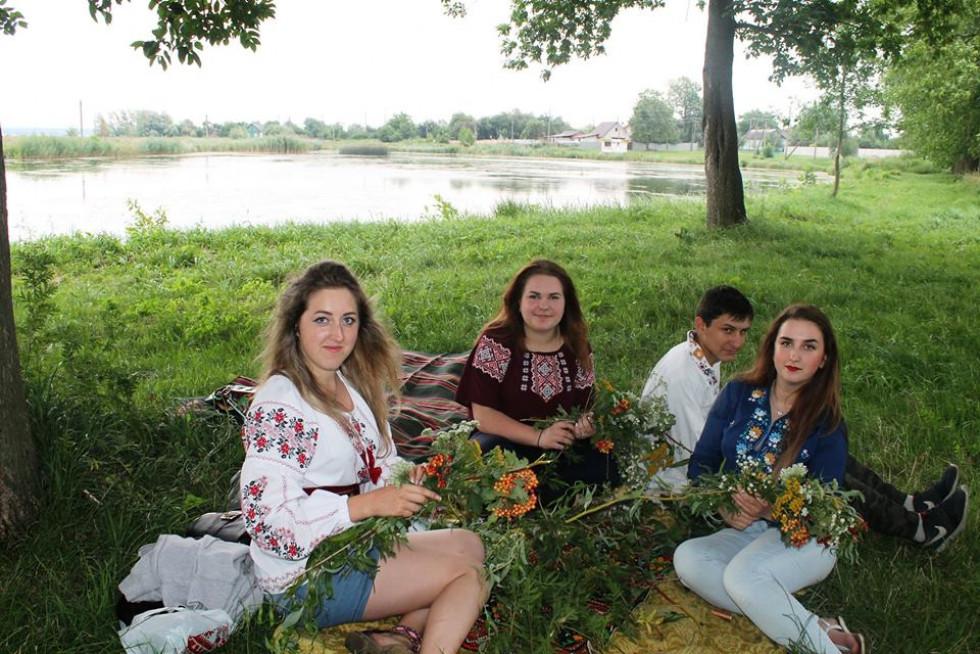Плеттіння та пускання на воду віночків, стрибки через вогнище, - все це було на святкуванні Купальської ночі на Татарці.