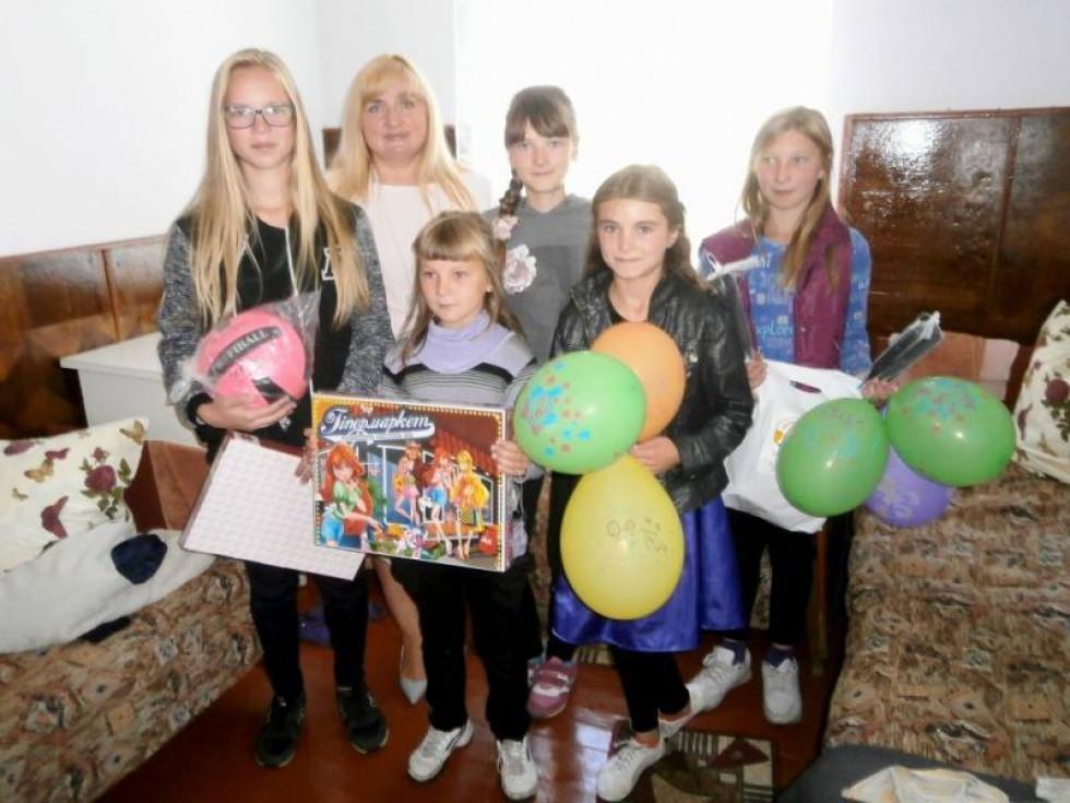 Опісля представники районної влади вручили дітям подарунки: ігри, пазли та круги.