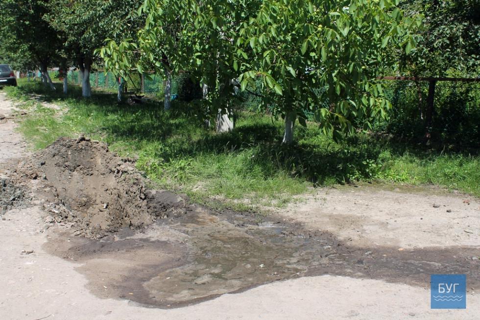 Смердюча рідина, яка мала б текти на відстійники, тече вздовж вулиці, утворюються смердючі калюжі.