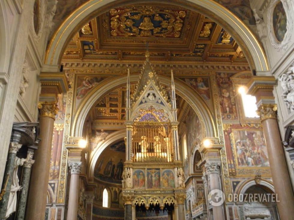 Базиліка San Giovanni in Laterano, Рим. Над вівтарем - реліквії апостолів Петра і Павла
