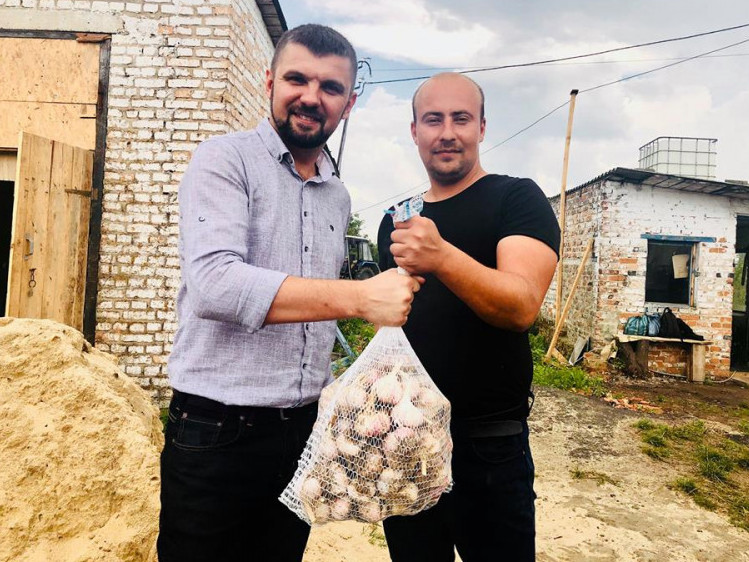 Ігор Гузь навідався на завод, поспілкувався з керівником і отримав у подарунок півмішка часнику