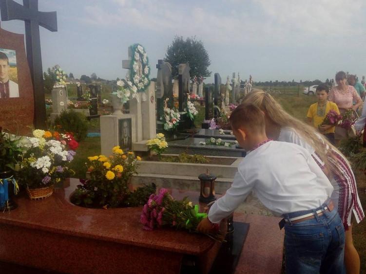 До пам'ятникаСергія Байдовськомулягли живі квіти