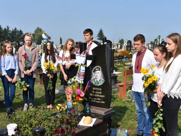 Спільна поминальна молитва на могилі загиблого в Іловайському котлі учасника АТО – Валерія Янчука