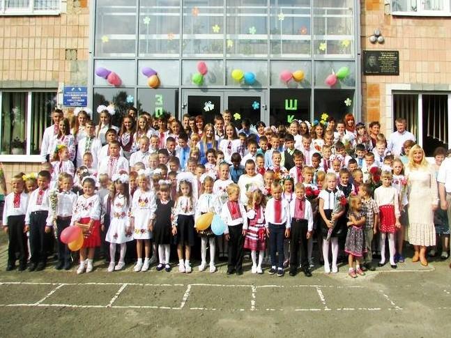 На перший дзвінок у загальноосвітню школу І-ІІІ ступеня села Колона завітала голова райдержадміністрації Лілія Кревськ