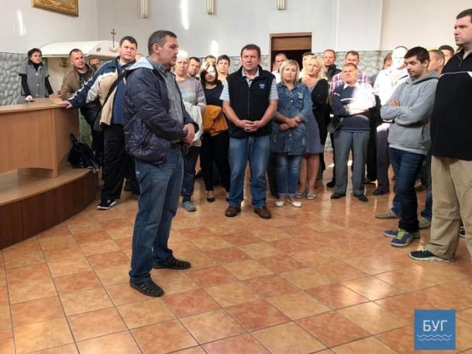 О 15:30 шахтарі погнали в.о.гендиректора ДП «Волиньвугілля» Андрія Пилипюка разом з його особистою охороною.