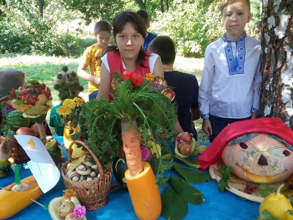Загальношкільний квест, конкурси-відгадки, змагання між командами, пісні і розваги та, звичайно, печена картопля і українське сало!