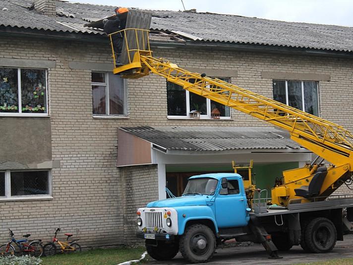 На Іваничівщині буревій зірвав частину даху з приміщення, де навчаються учні початкових класів школи-гімназії селища Іваничі.