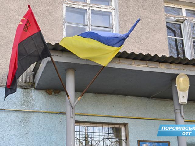 У волинській громаді поряд з національним стягом підняли червоно-чорний прапор