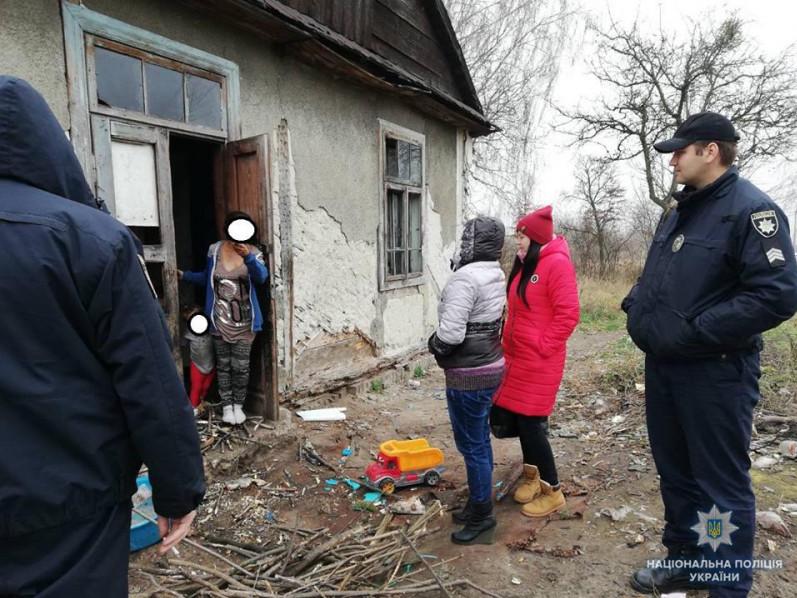 Безлад та страшна антисанітарія: поліція навідалась в одну з волинських родин