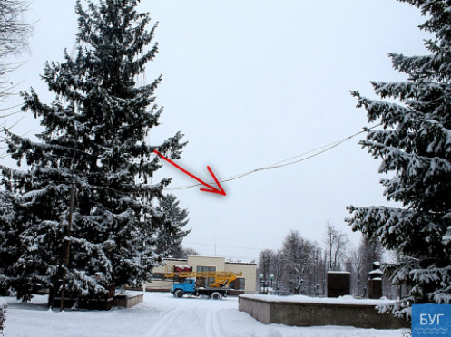 В містечку на Волині нарядили «перекошену» головну новорічну красуню