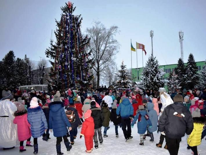 В Іваничах відбулося святкове відкриття новорічної ялинки
