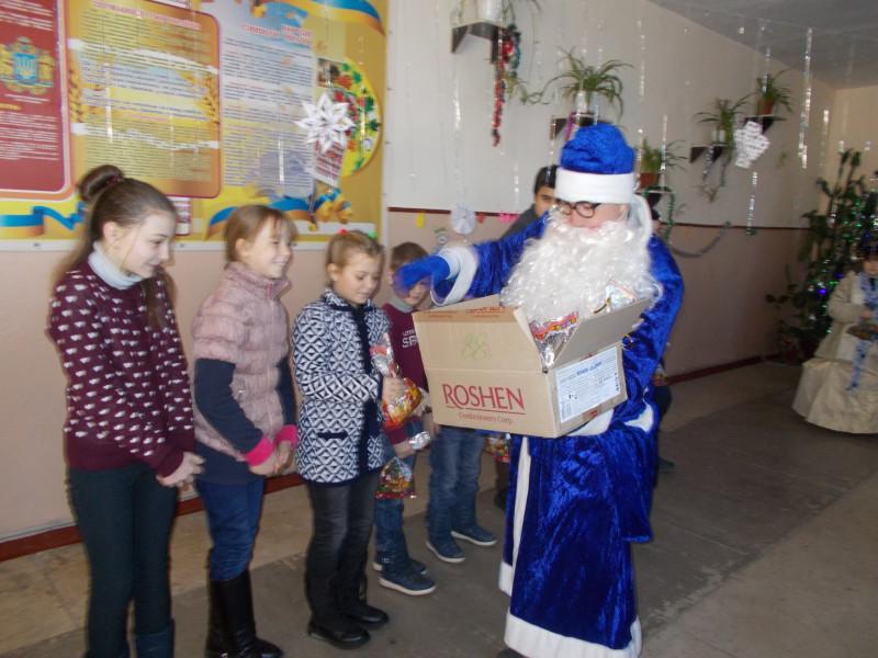 Павлівка: на лінійку до школярів завітали Дід Мороз і Снігуронька