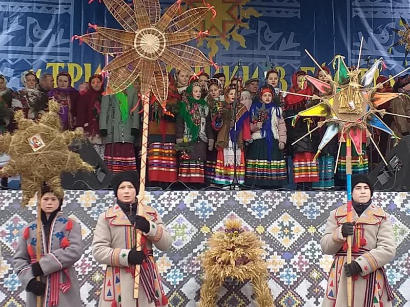 «Три празники в гості»: мешканці Іваничівщини колядували у Луцьку