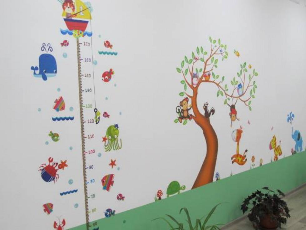 Наліпки на стінах у школі в Старосіллі