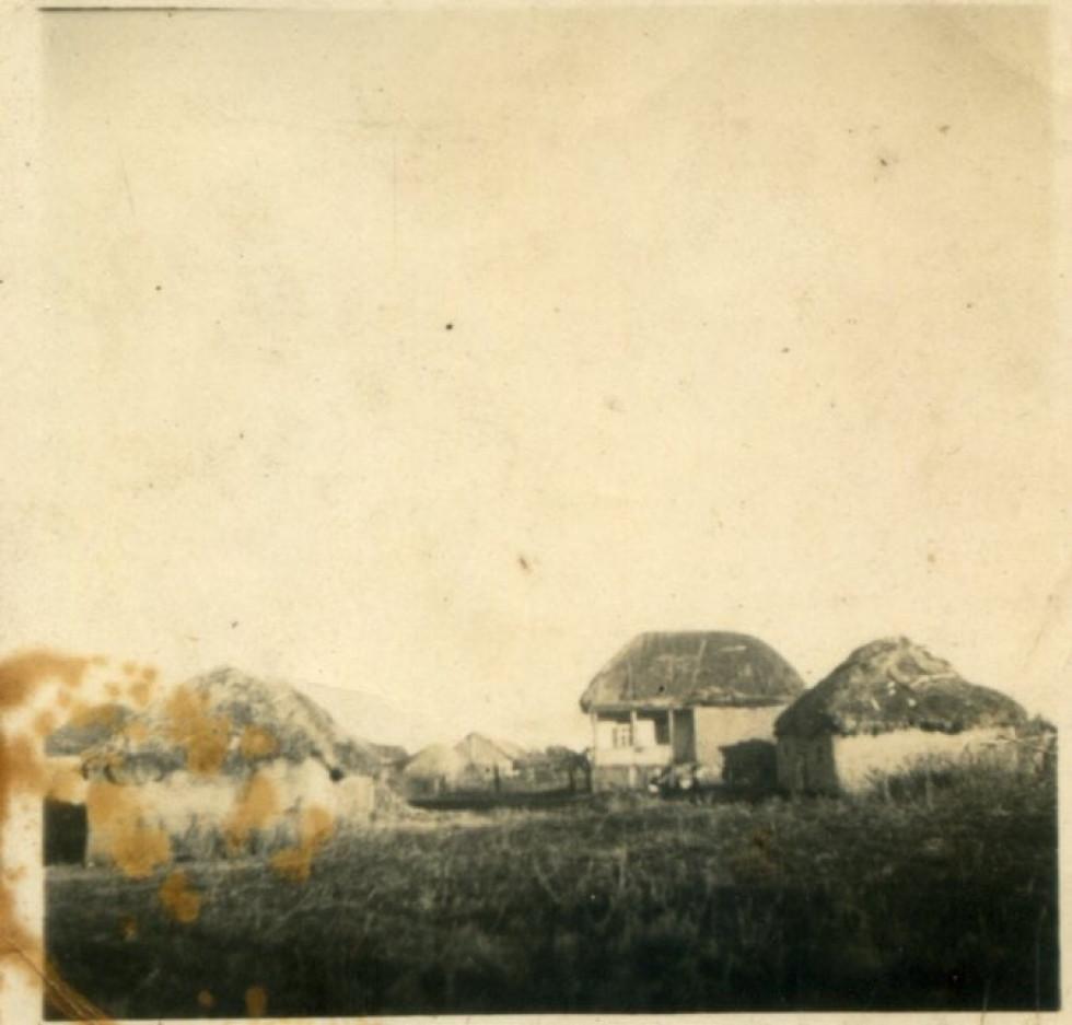 На фото: Рідна хатина родини Коваленків у с.Гусинка на Харківщині. Поч. 1940-х рр.