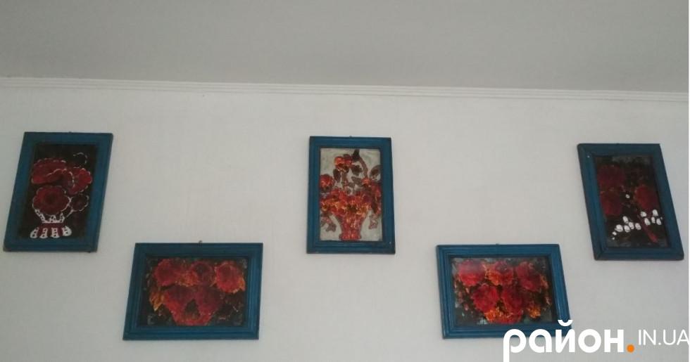 На стіні – вже стемнілі від часу картини із фольги